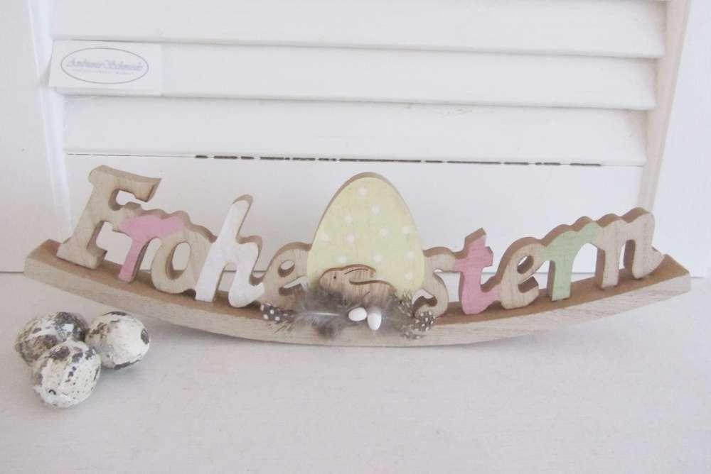 dekorativer Schriftzug Frohe Ostern als Wippe mit Hase und Eiern